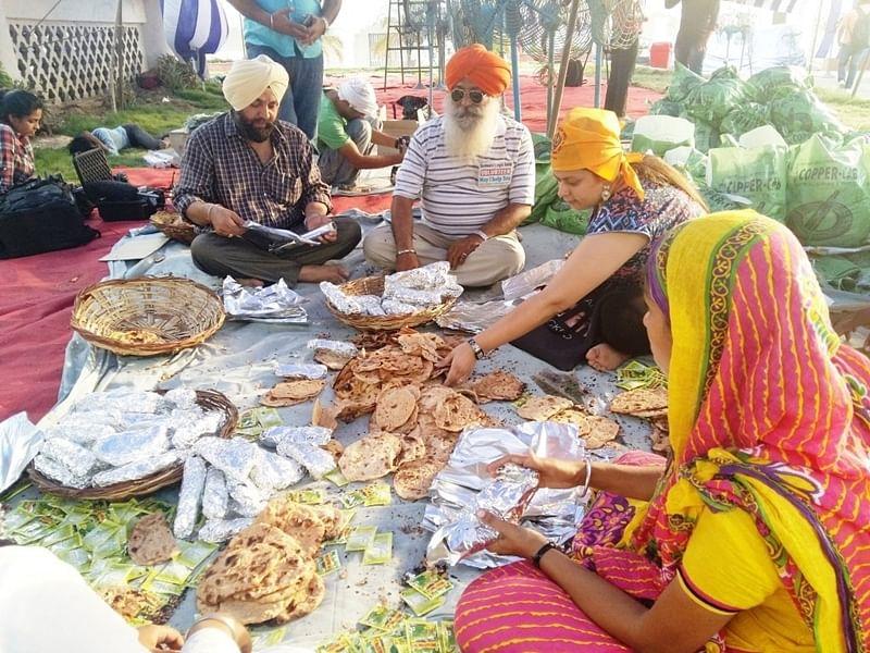 Mumbai: Sikhs offer food, shelter