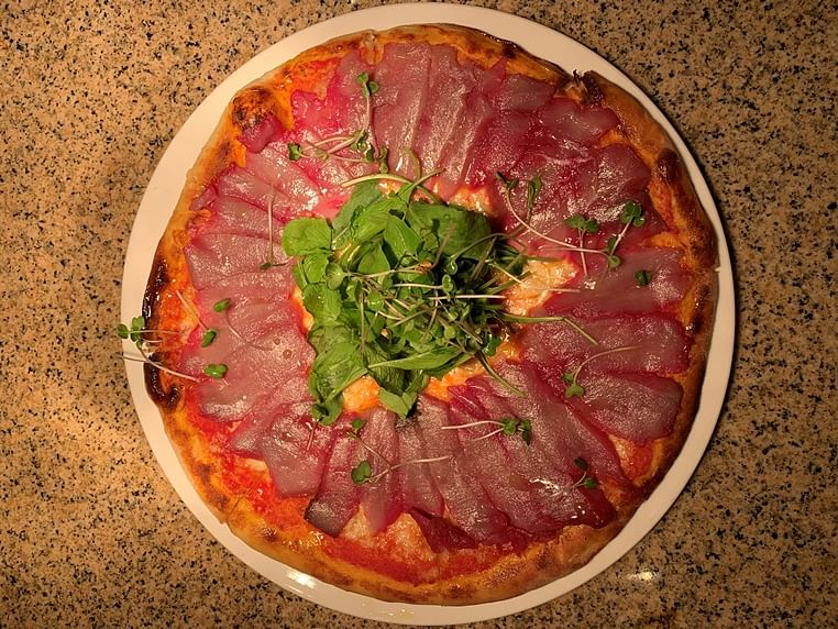 Explores the offbeat pizza trend
