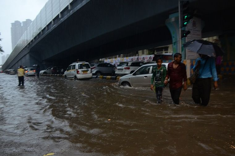 Mumbai: Rains cause traffic snarls, Ganpati Visarjan too gets affected