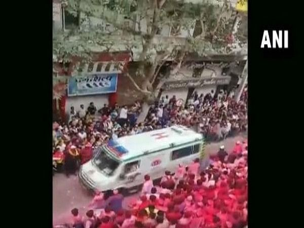 Maharashtra: Devotees show humanity by giving way to ambulance during Ganesh idol immersion