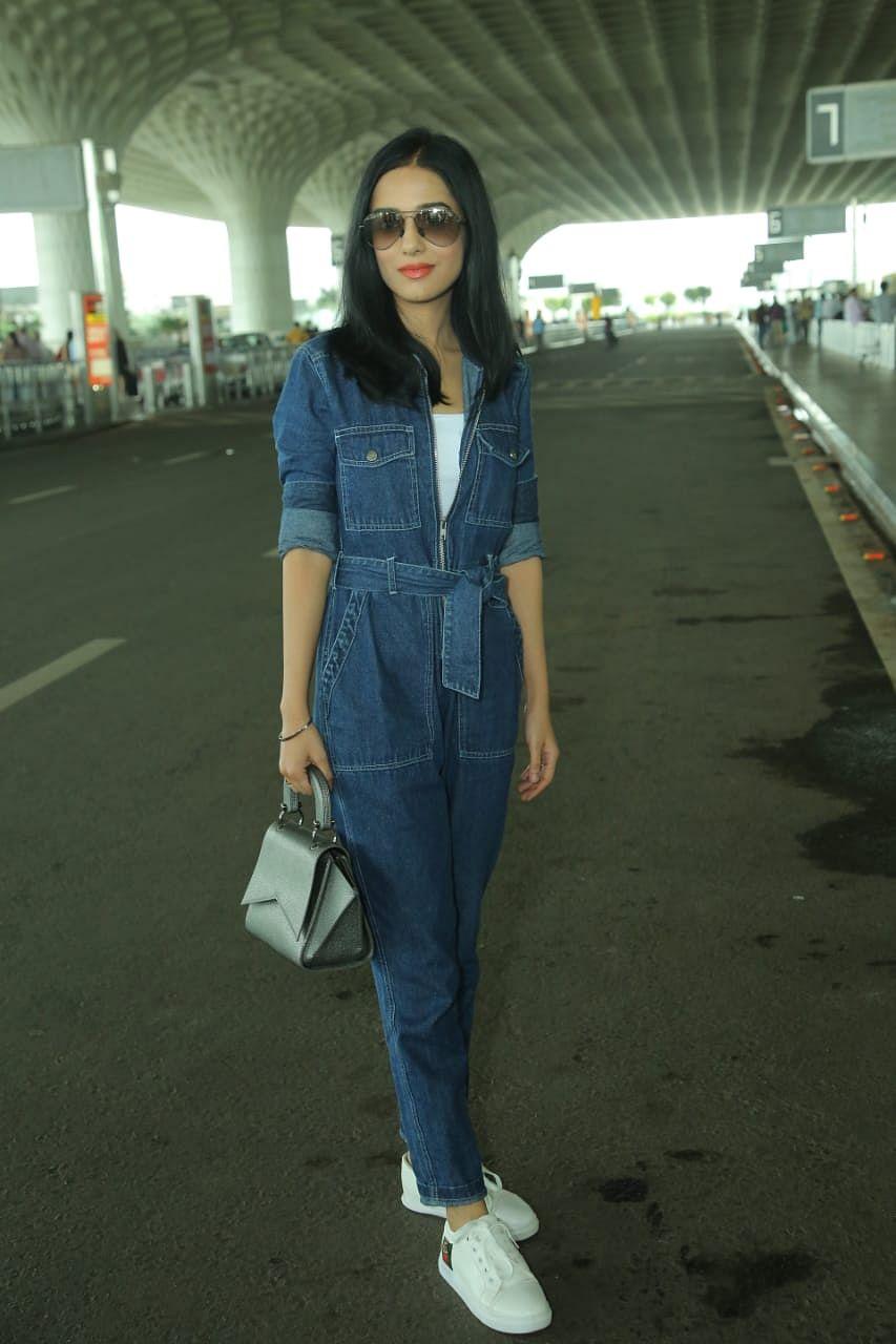 Amrita Rao all smiles to paps at airport in eye grabbing denim attire.