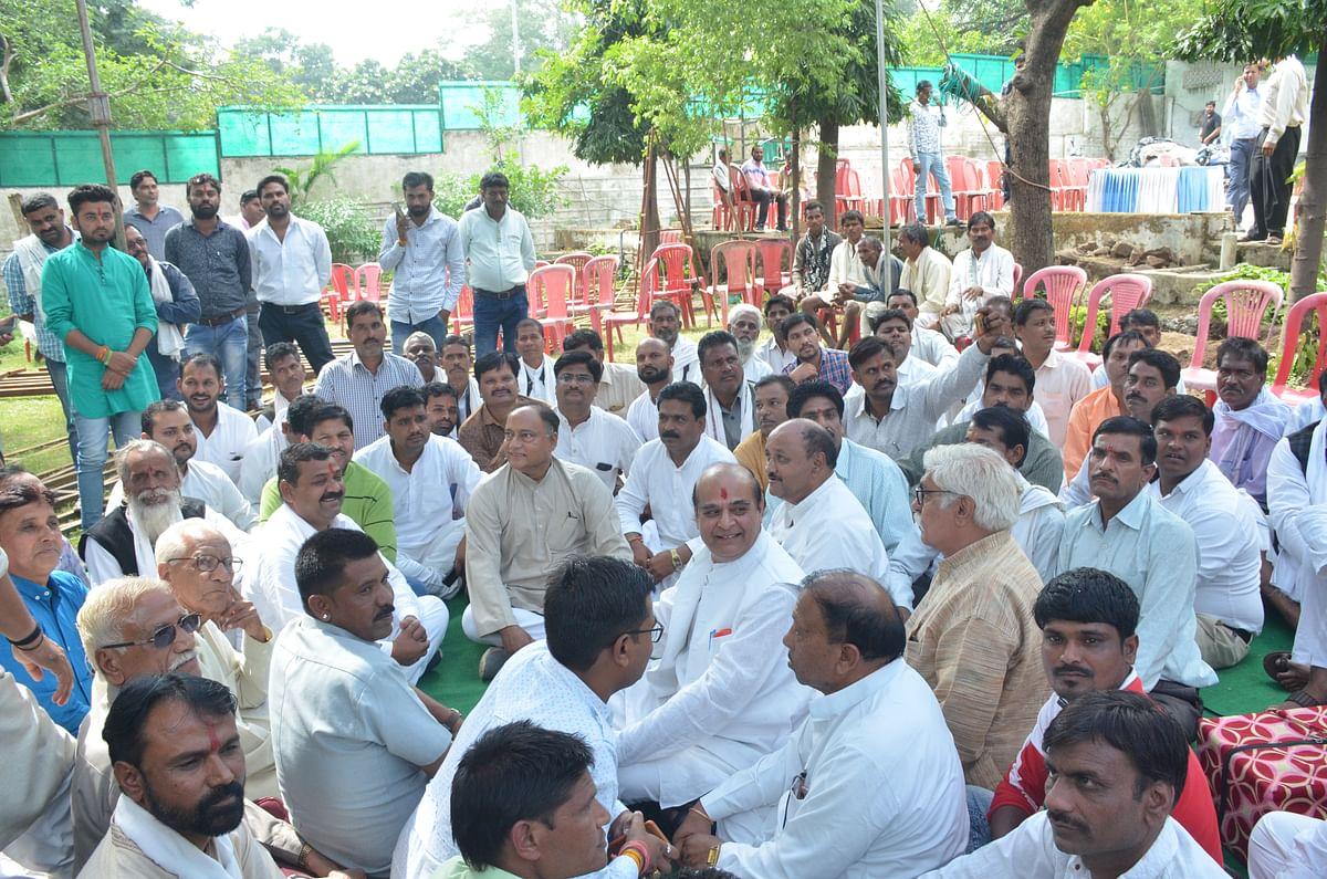 Bhopal: Laxman stages Dharna at Digvijaya's house