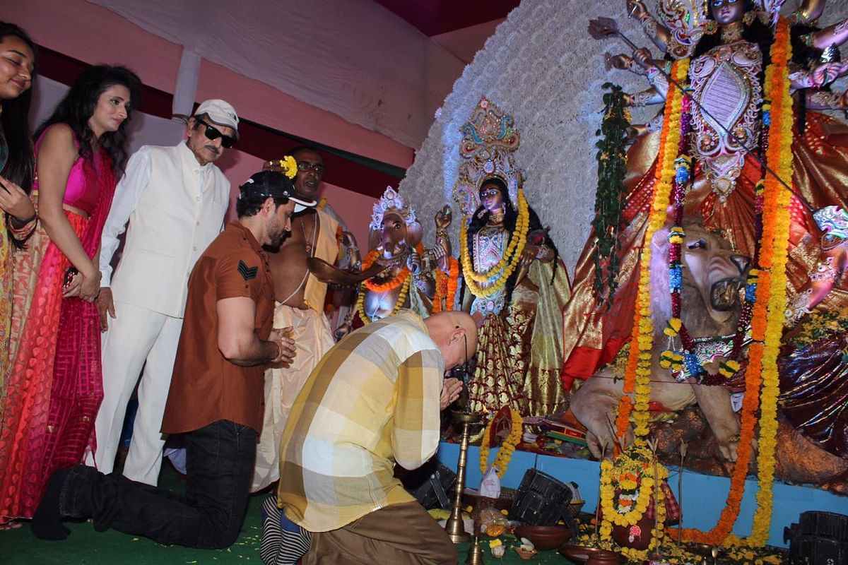 Hrithik Roshan & Rakesh Roshan for Durga Puja at Biswajeet Chaterjee Pandal in Juhu