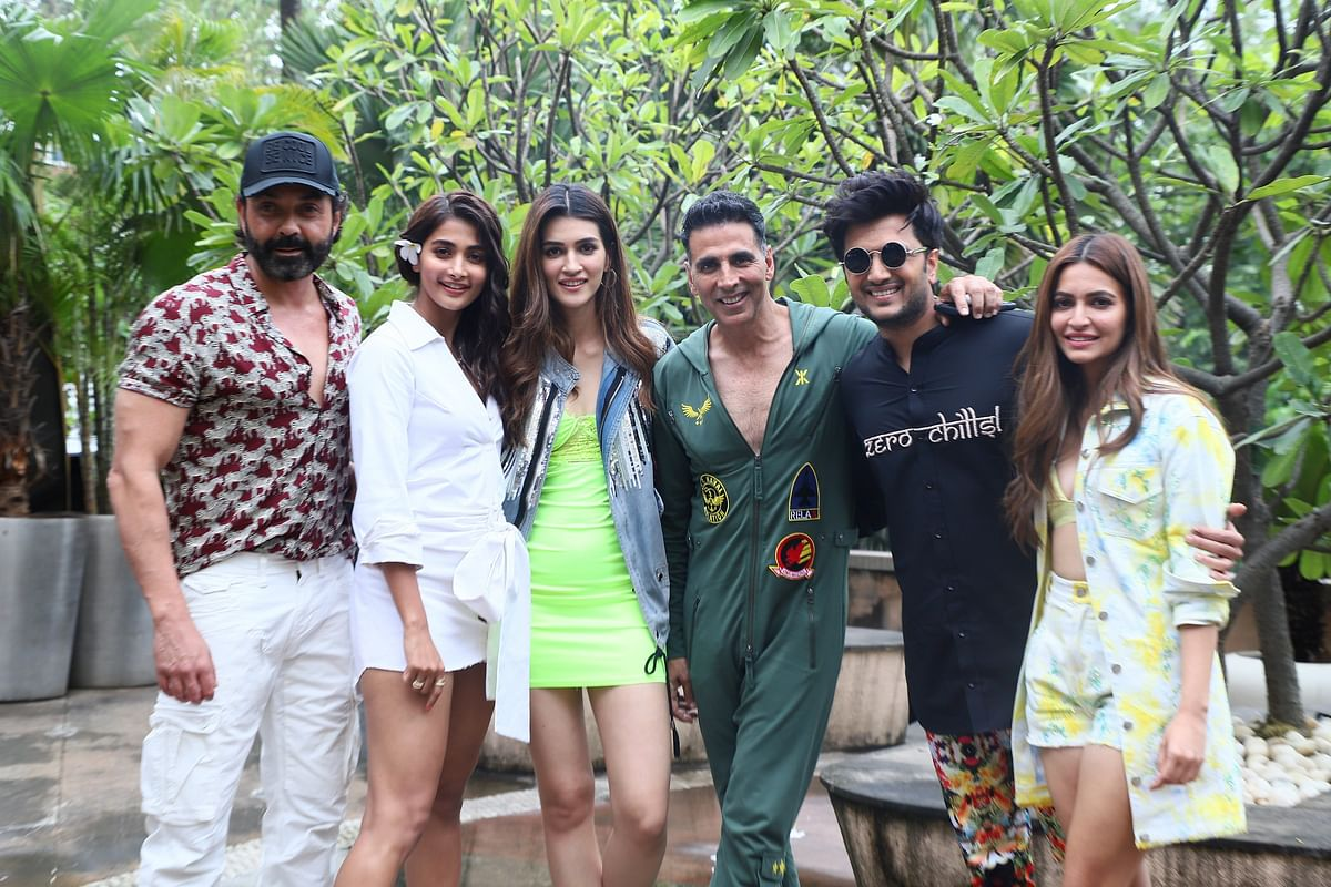 Akshay Kumar covers himself from head to toe as he steps out for lunch with 'Housefull 4' cast