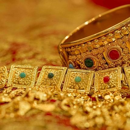 Gold, silver prices continue to fall amid muted international trend