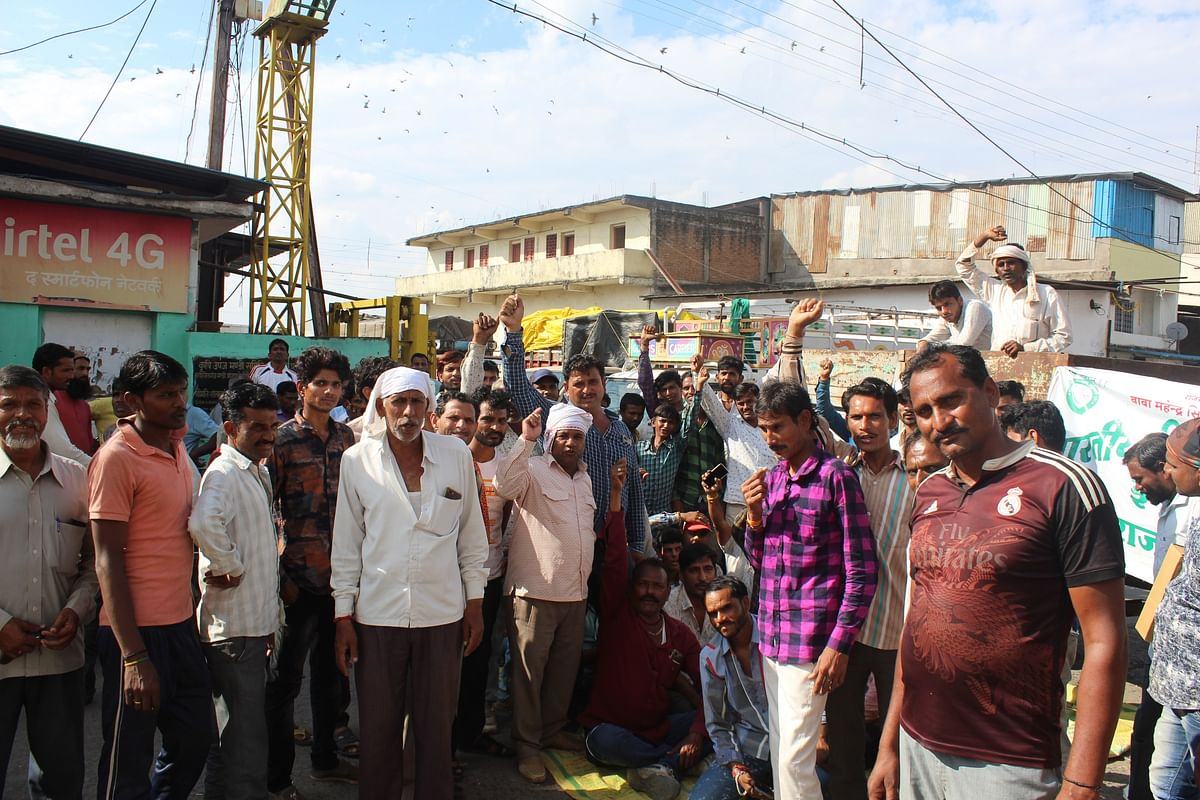 Indore: Four hour protest; Farmers block mandi gate on not receiving cash payment
