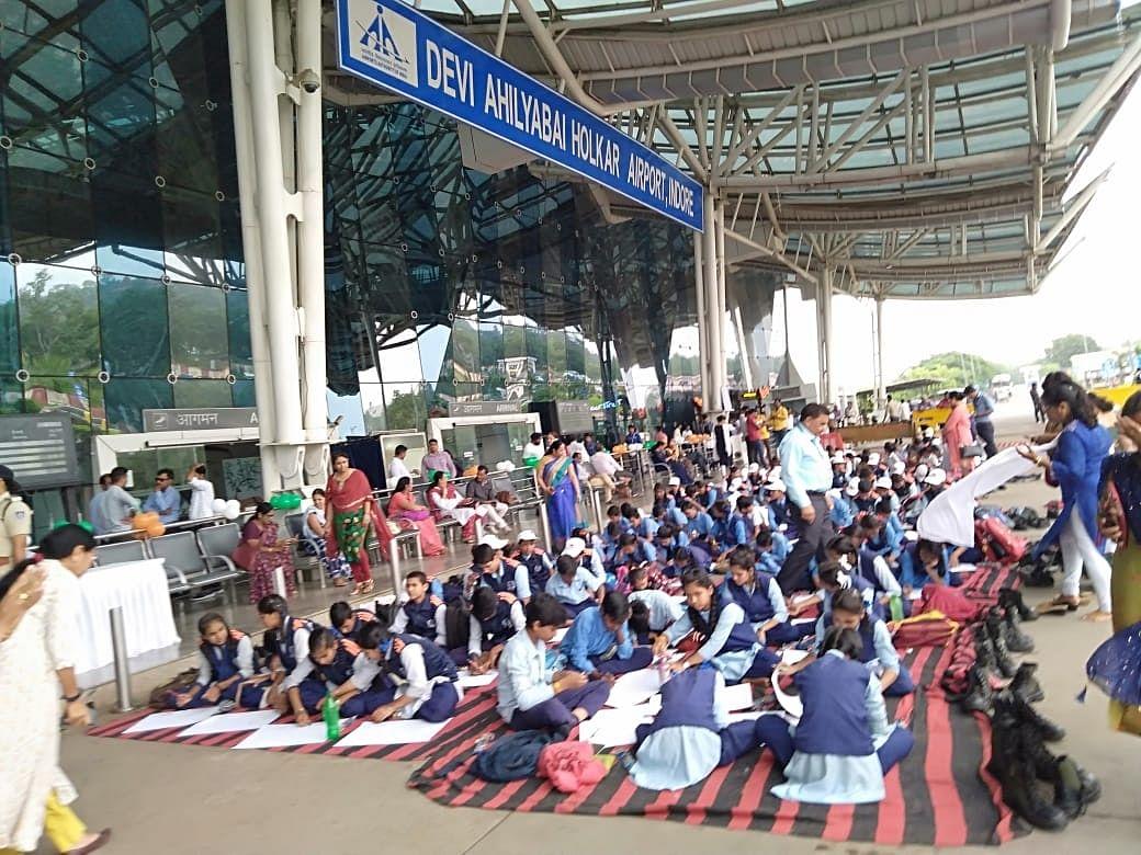 Students paint 'Bapu aur sapno ka MP' at airport