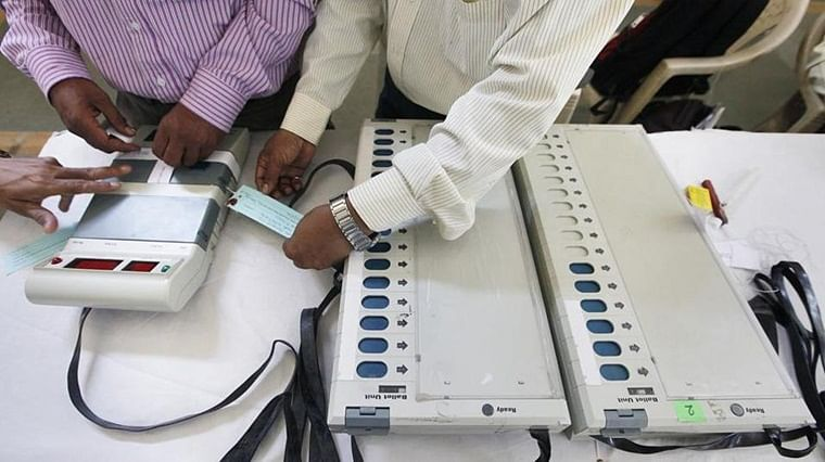 Maha Election 2019: Two caught carrying EVMs without security guards in Chandrapur, Congress cries foul