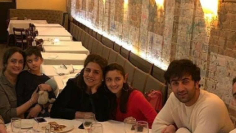 Unseen picture of Alia Bhatt sitting between Ranbir and Neetu Kapoor during family dinner goes viral