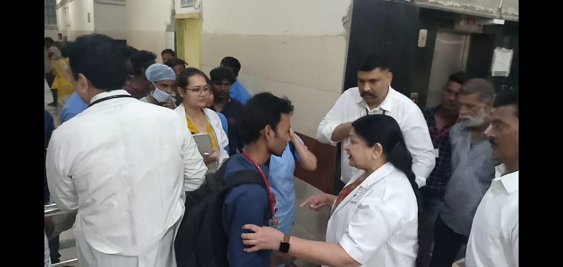 Indore: MGM college dean checks attendants' passes at MYH, reprimands security guards on lapses