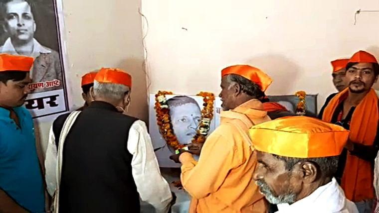 Rajyashri Choudhary, Akhil Bharatiya Hindu Mahasabha's president worships Godse at their Daulatganj office
