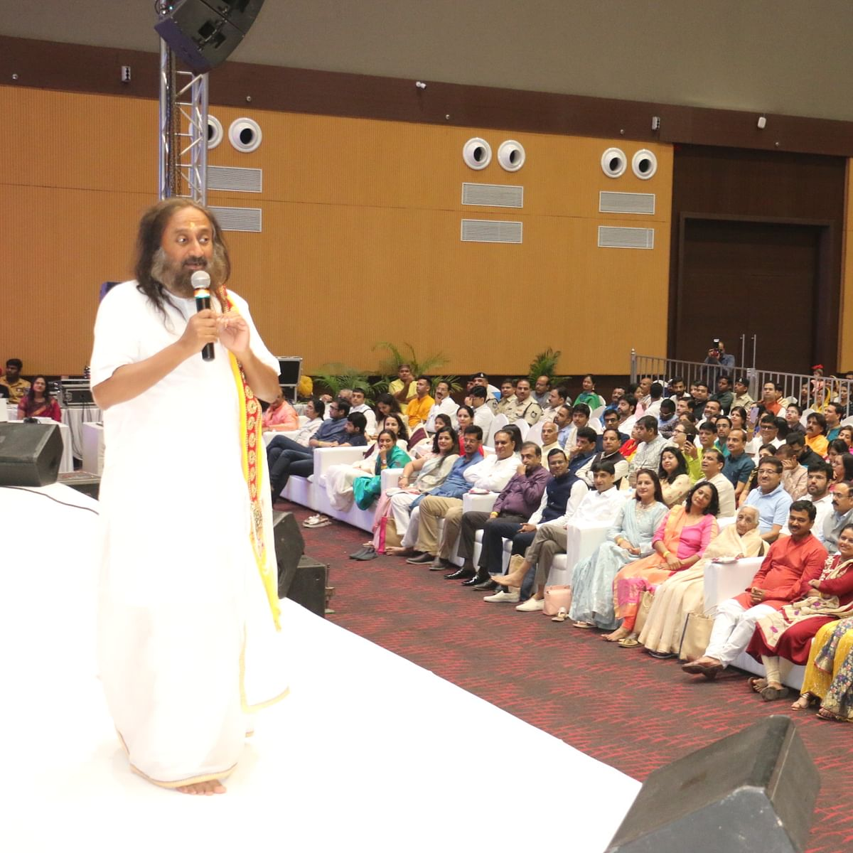 Indore: Sri Sri asks devotees to have patience, quit fear
