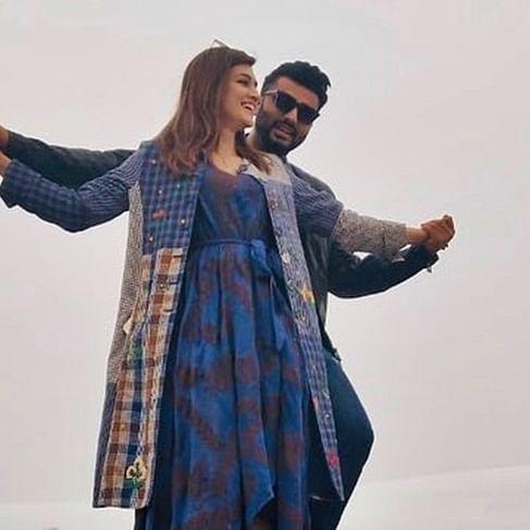 Bollywood by heart: Arjun Kapoor, Kriti Sanon's 'Titanic pose' turns into 'Shah Rukh Khan's pose'
