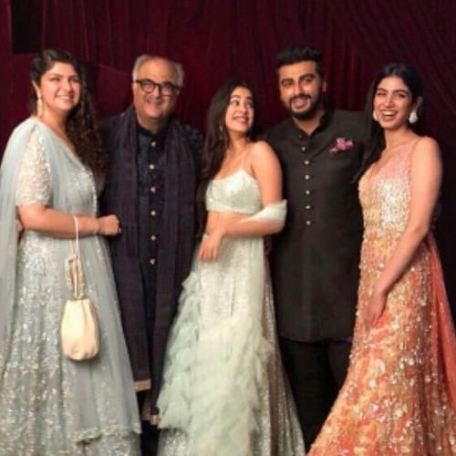 Arjun, Janhvi and the Kapoors' WhatsApp group is giving us major 'Hum Saath Saath Hai' feels