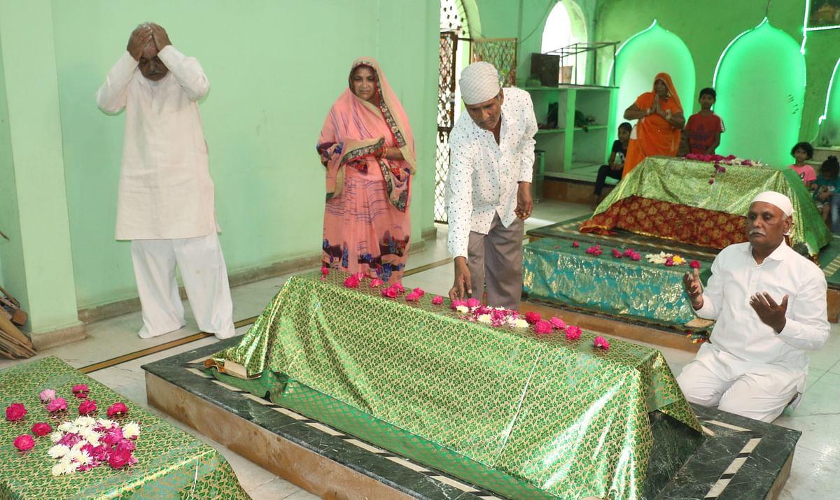 Indore: A Hindu family that serves at dargah