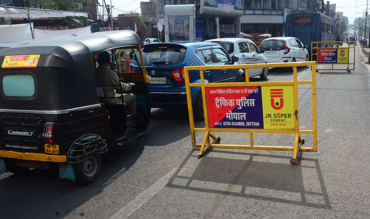 Bhopal: Abandoned traffic barriers threat to commuters