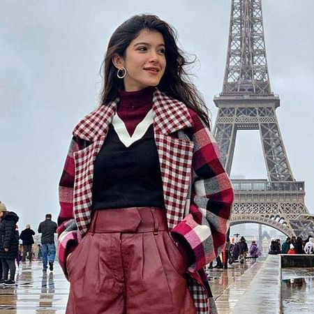 Shanaya Kapoor strikes a pose in front of the Eiffel Tower with dad Sanjay Kapoor