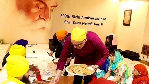 New York: Syed Akbaruddin serves langar during Guru Nanak Dev's 550th birth anniversary celebrations