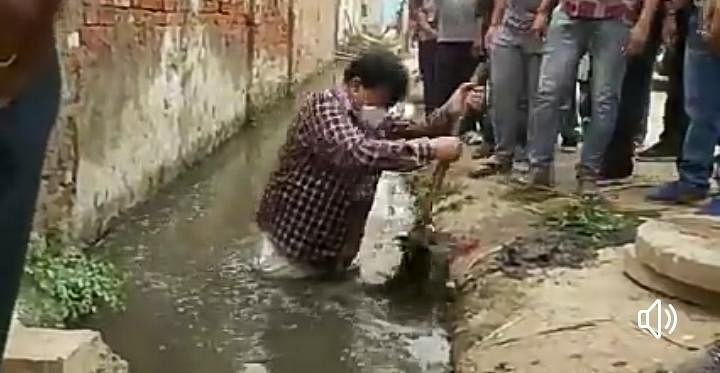 Bhopal: Minister finds drain full of garbage, steps down to clean it