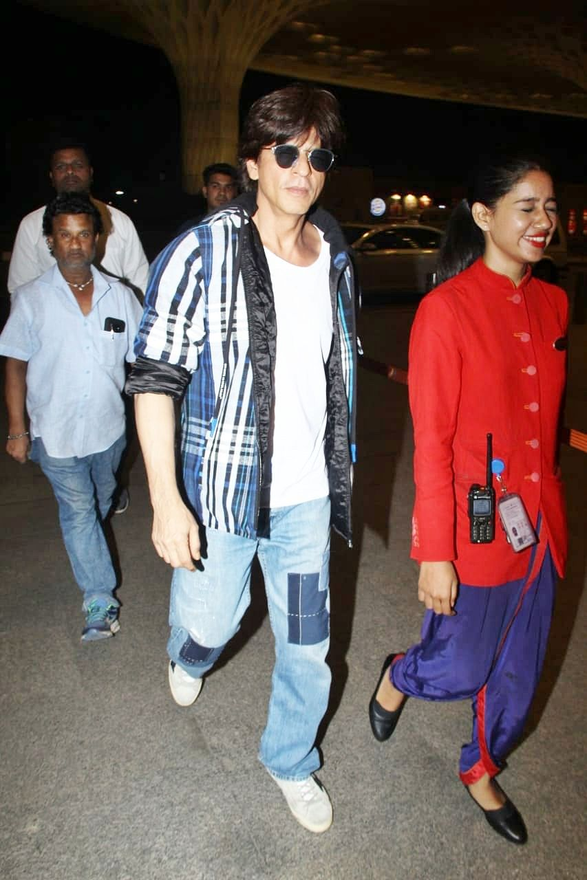 We feel you: Airport lady escorting Shah Rukh Khan can't hide her excitement
