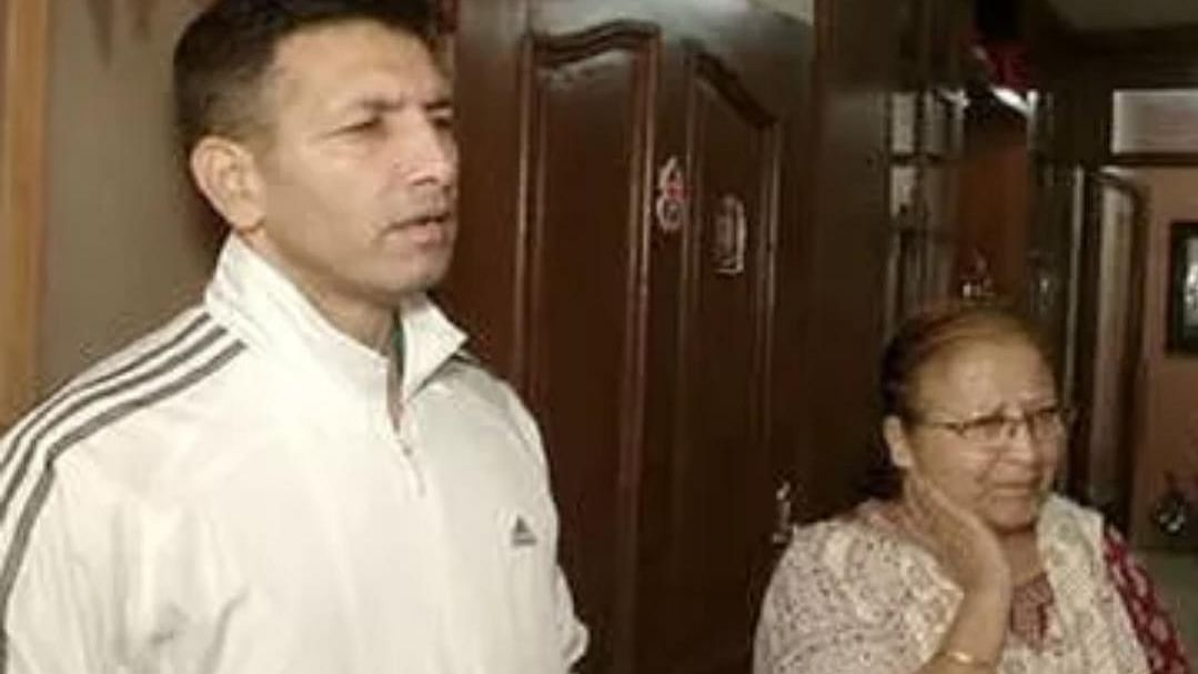 Indore: Patwari meets Mahajan over rotten smell in city