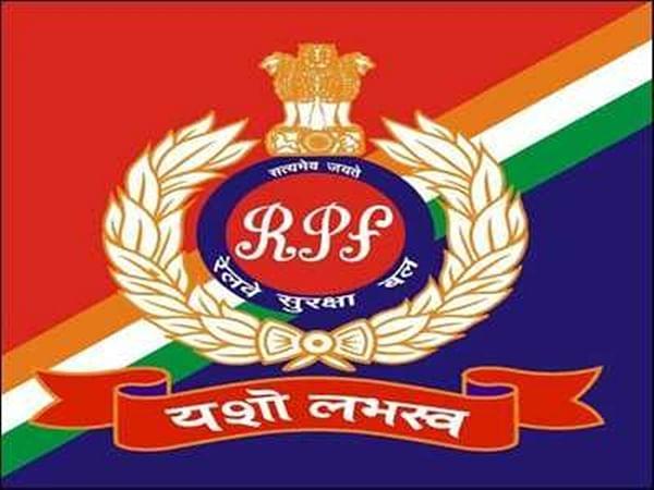 RPF staff return lost purse to woman in Dadar