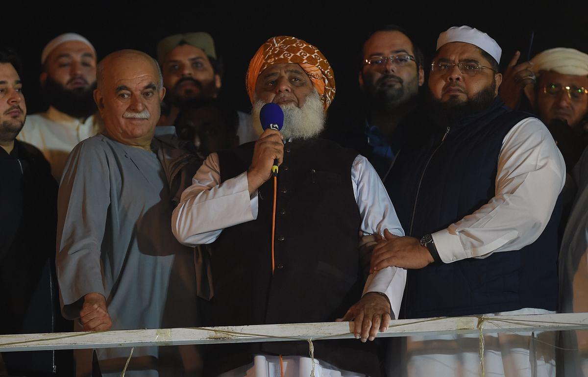 Islamic political party Jamiat Ulema-e-Islam (JUI) leader Maulana Fazlur Rehman (C)