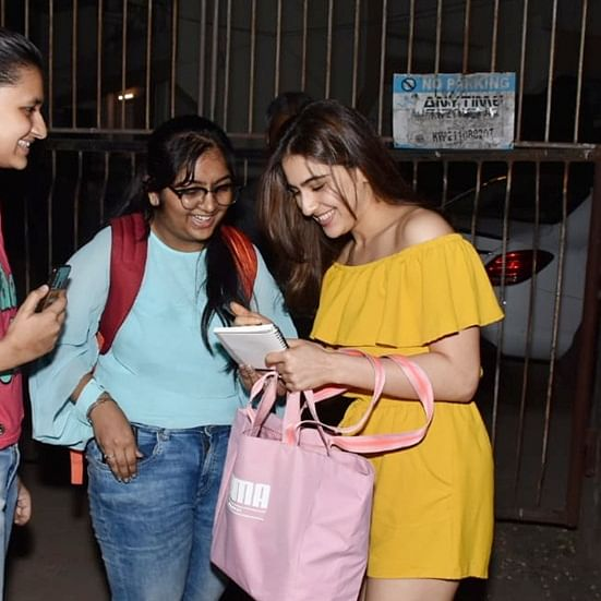 Sara Ali Khan's millennial gesture for her 'super fan' is winning the internet