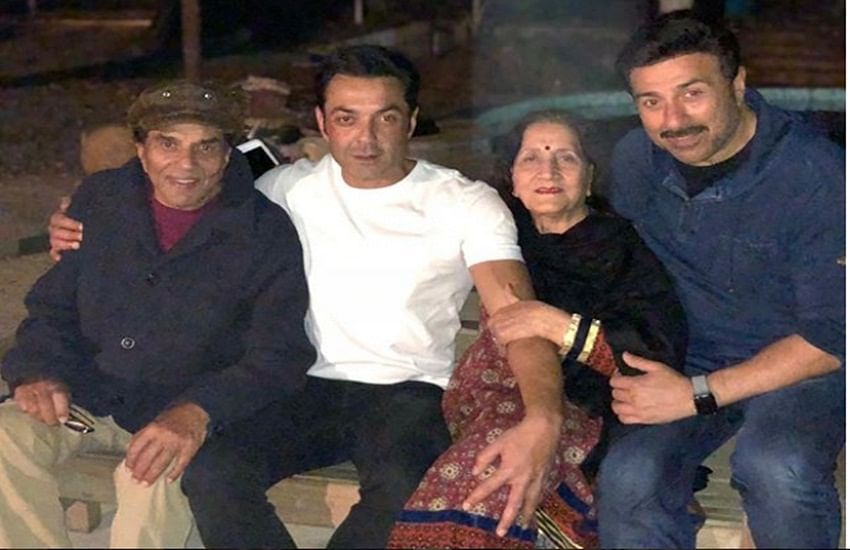 Dharmendra celebrating New Year 2018 with first wife and sons