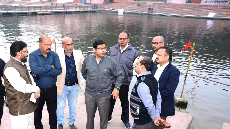 Commissioner Garg (centre) assessing arrangements at Ramghat.