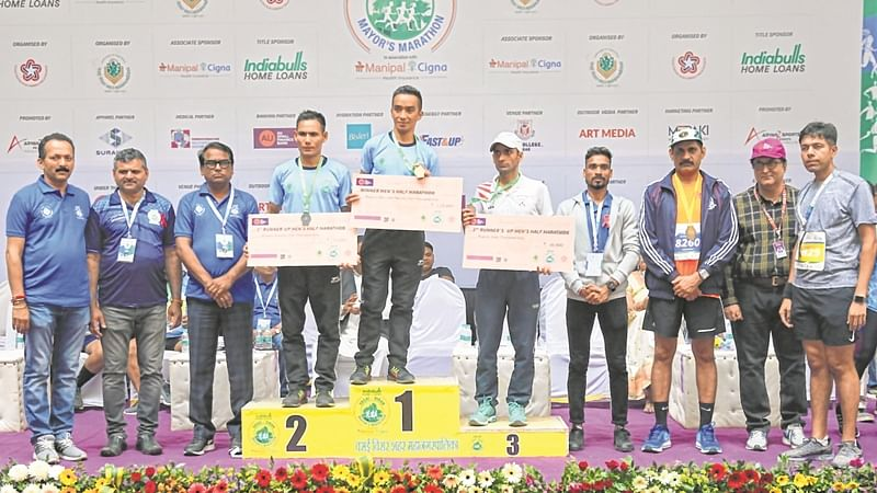(From L-R) Pravin Shetty, mayor, VVCMC, Prakash Rodricks, deputy mayor with the winners of men's half marathon