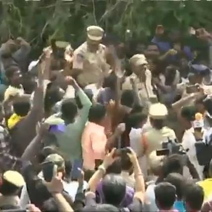 Hyderabad encounter: Citizens hail police for encounter, raise slogans and shower flowers