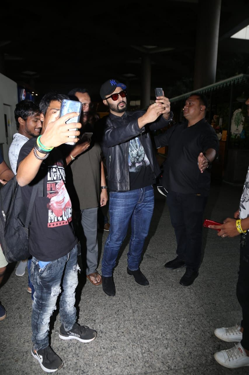 Arjun Kapoor helping this uncle take a selfie at the airport wins the internet