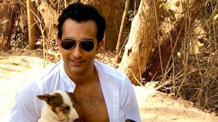 This topless pic of Rahul Khanna with the cutest doggos will chase away your mid-week blues