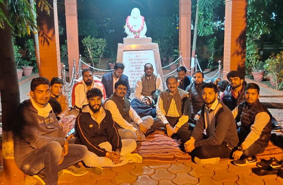 Peeping Tom case: NSUI workers go on hunger strike after Davv refuses to remove hostel warden