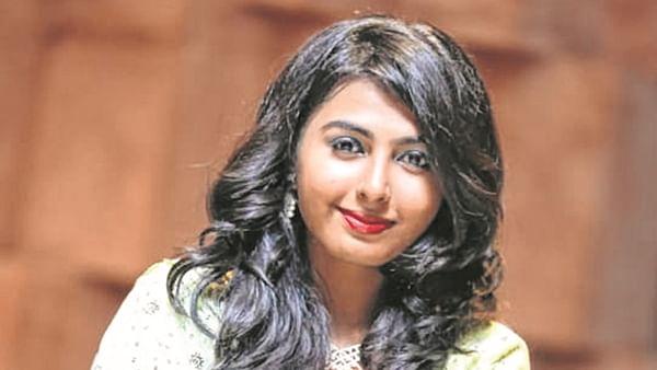 Mumbai: 22-year-old woman falls off local, dies