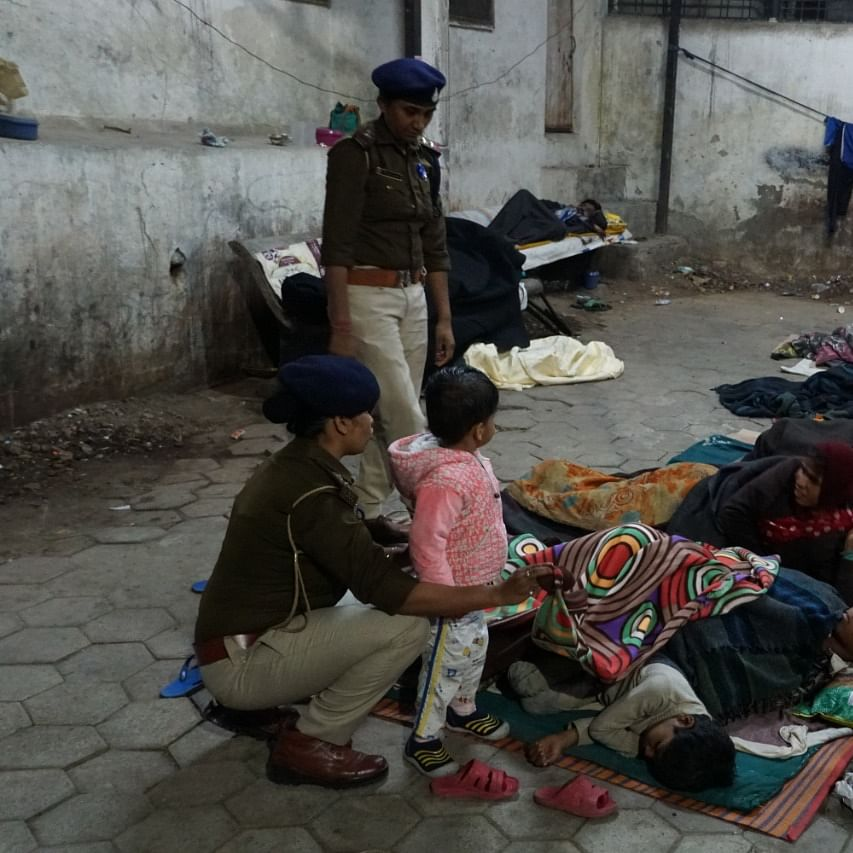 Indore: Police step up for noble cause,  provide warmth with security