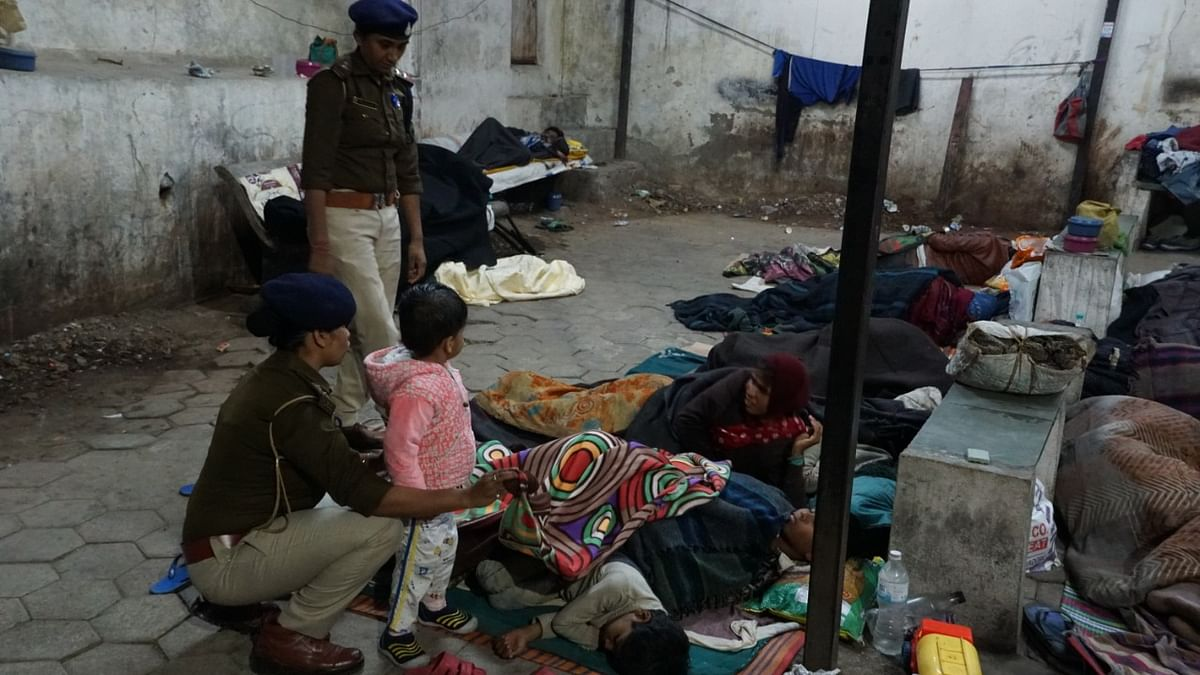 Police constables providing blankets to homeless.