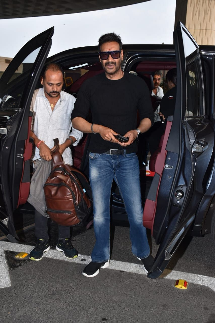 Ajay Devgn arrives at the airport with internet's favourite 'mature bag'