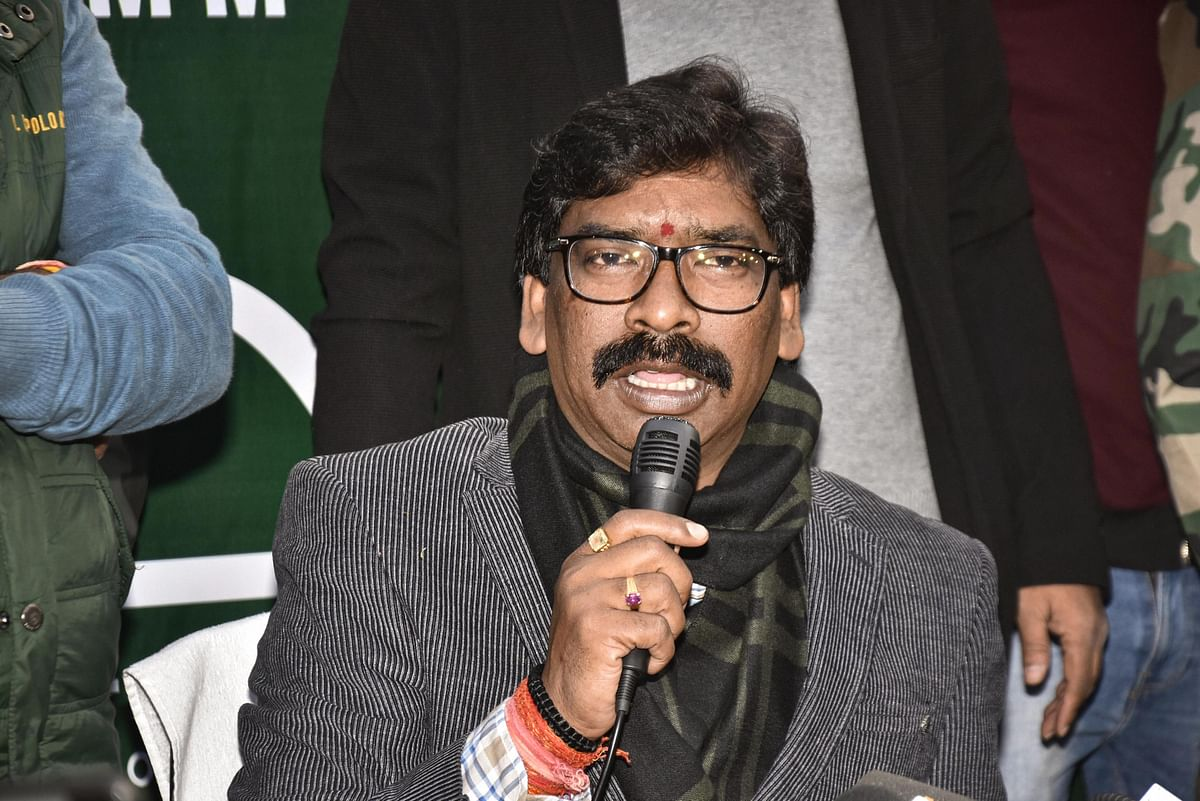 Ranchi: Jharkhand Mukti Morcha (JMM) working president Hemant Soren addresses a press conference as JMM and Congress alliance lead in the Jharkhand Assembly election results, in Ranchi, Monday, Dec. 23, 2019.