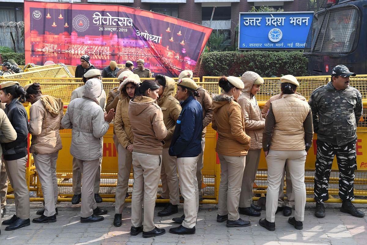 Delhi policewomen gather outside the Uttar Pradesh Bhawan (state house) before a demonstration against the crackdown on protesters in Uttar Pradesh state, over India's new citizenship law, in New Delhi on December 26, 2019.