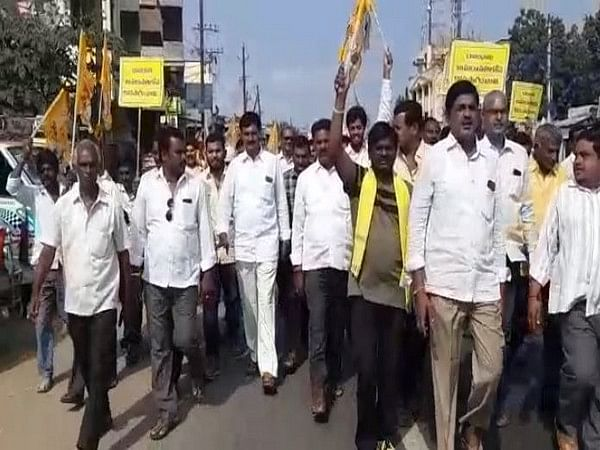 Farmers accused of manhandling journalists during Andhra's 3-capital protest welcomed by villagers