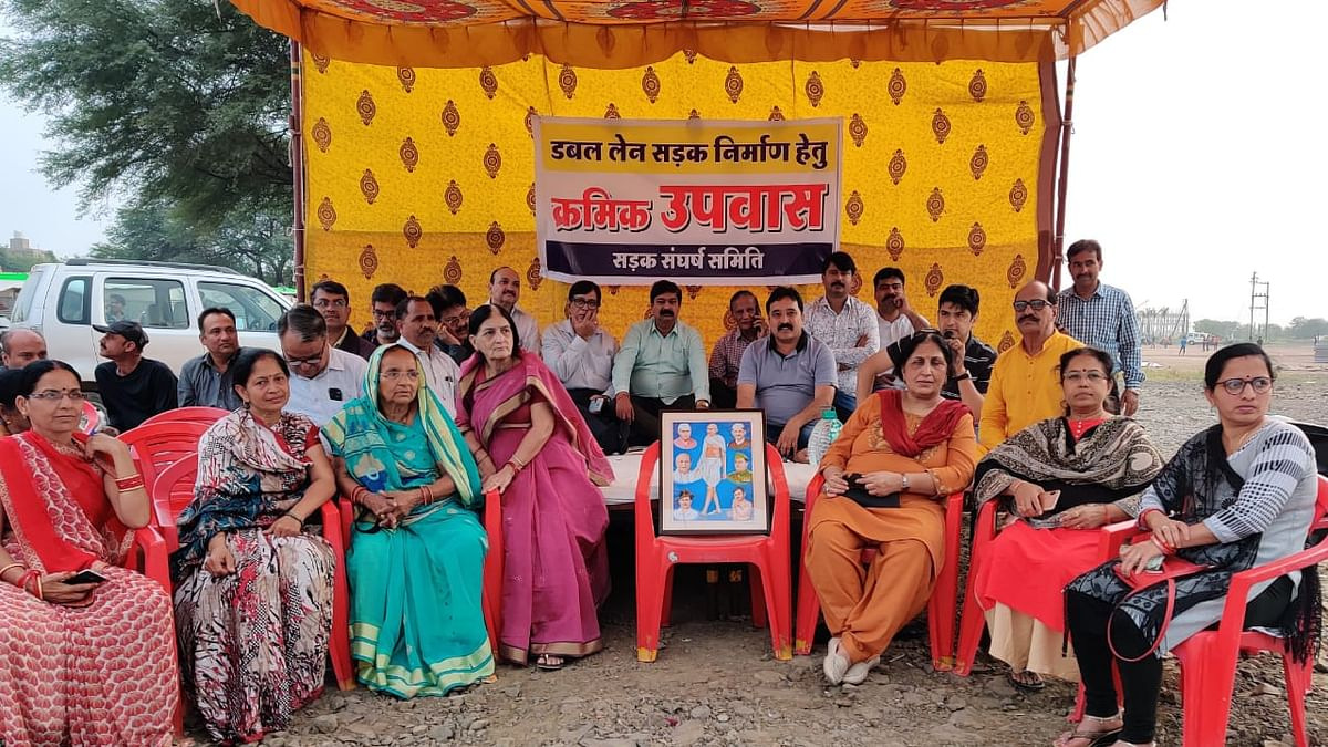 Indore: Nipania residents observe token fast for road widening