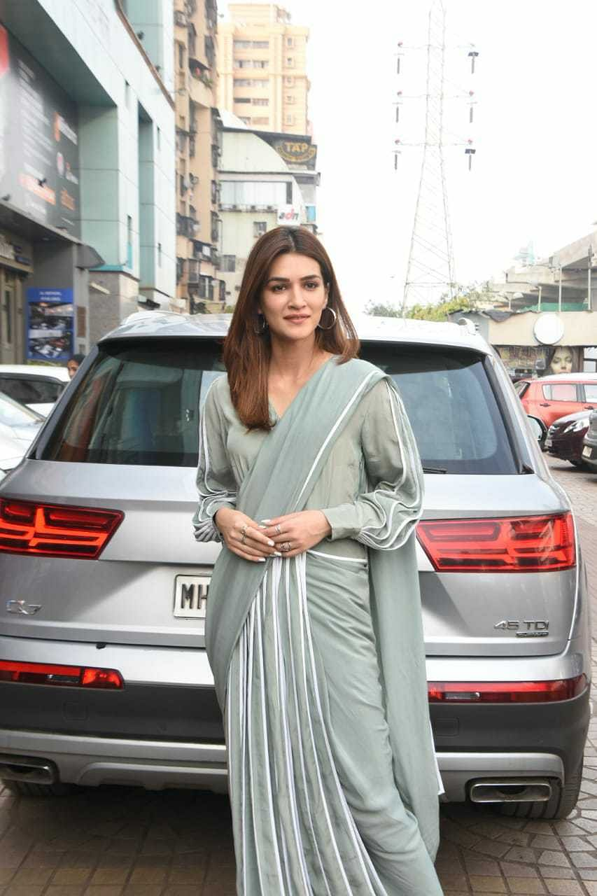 Watch video: Kriti Sanon almost trips in a saree, but her 'smart sneakers' save the day