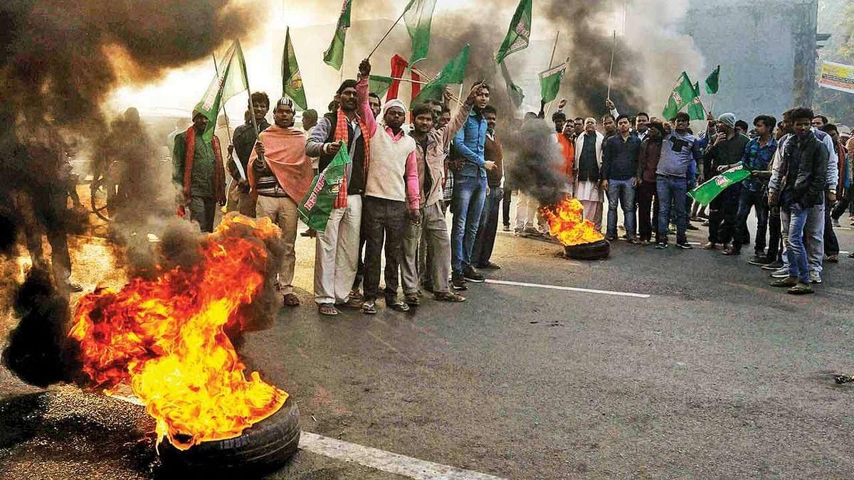 Large-scale vandalism marks Bihar bandh