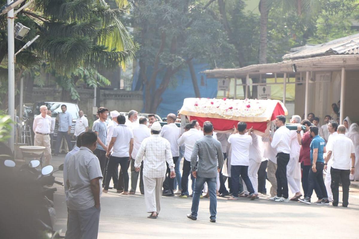 Inside Pics: Akshay Kumar, Twinkle Khanna bid goodbye to Betty Kapadia in peaceful funeral ceremony