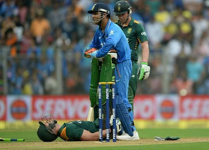 MS Dhoni helps Du Plessis stretch his legs