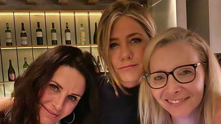 Jennifer Aniston re-unites with her girl-'Friends'