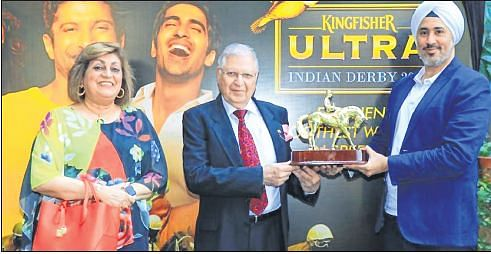 Zinia Lawyer(left), Zavaray, Poonawalla (centre), chairman of RWITC, and Gurpreet Singh, Head Marketing, United Breweries limited