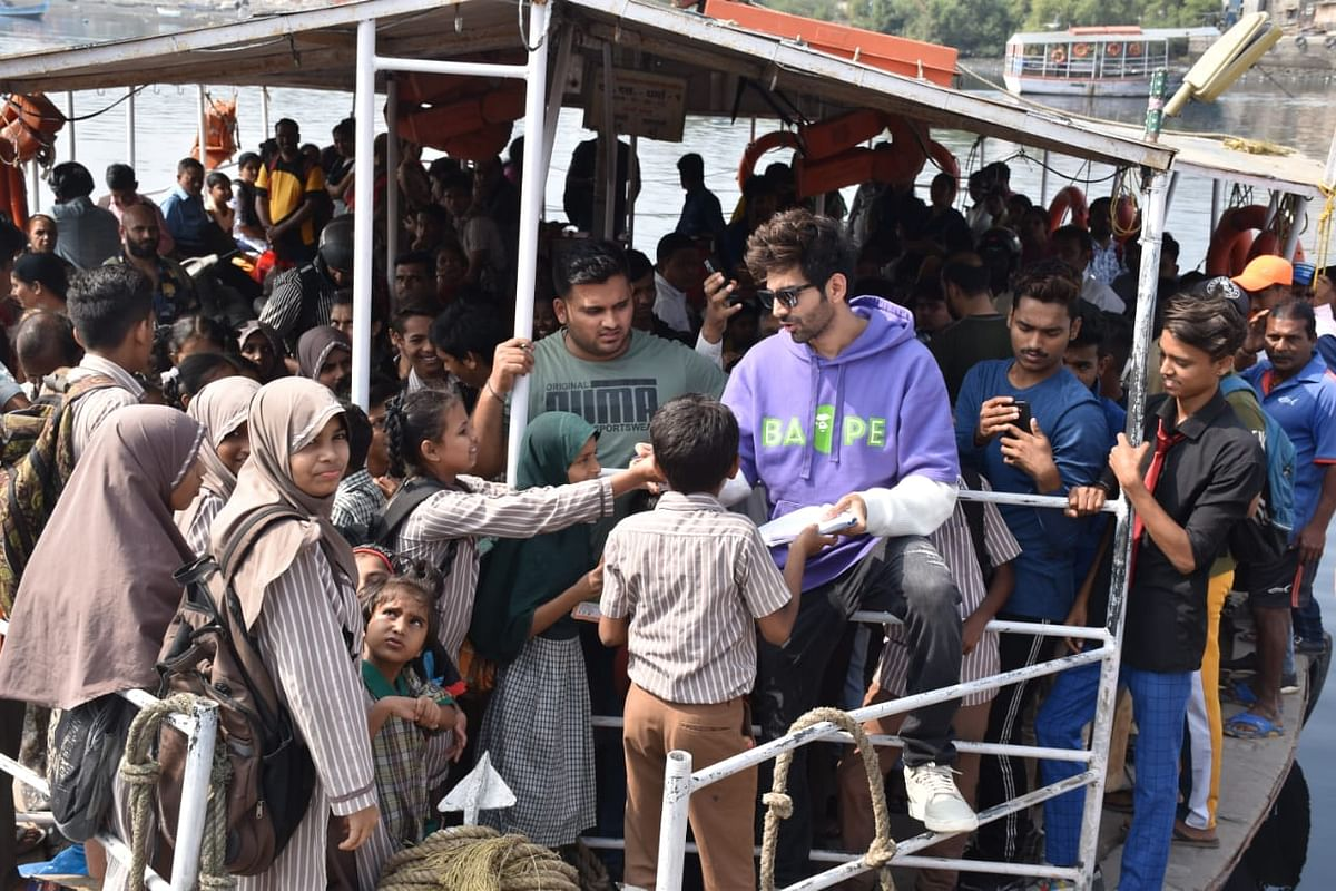 In a world full of selfies, Kartik Aaryan opts to give autographs